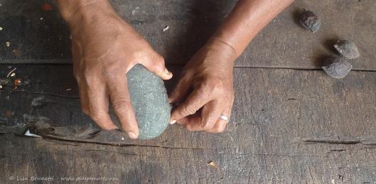 P1700570 cracking almendros hands stone