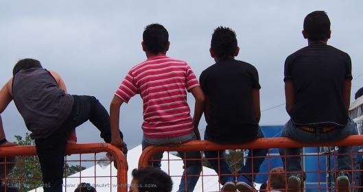 P8090124 correa jama boys on fence