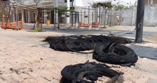 P2830262 burned tires portoviejo